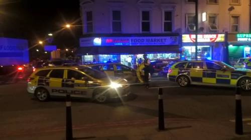 Londra, un van contro la folla: un morto e otto feriti 3