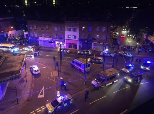 Londra, un van contro la folla: un morto e otto feriti 5