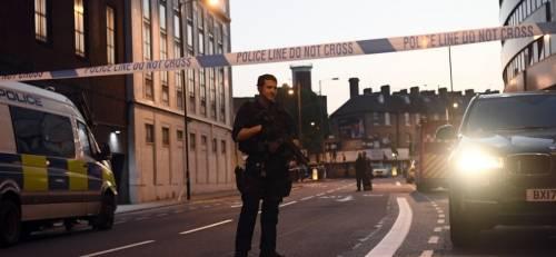 Londra, un van contro la folla: un morto e otto feriti 4