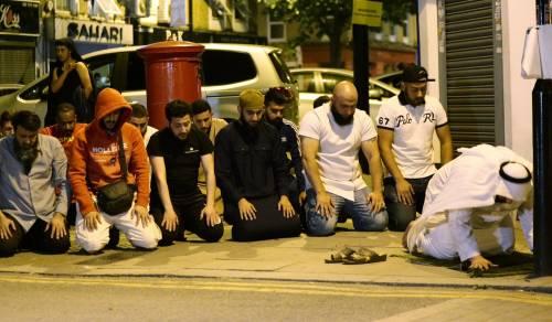 Londra, un van contro i fedeli: un morto e otto feriti