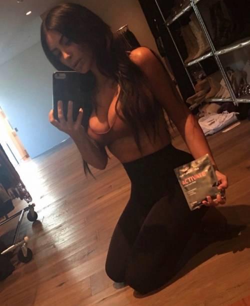 Kim Kardashian sexy, parla per le donne 17