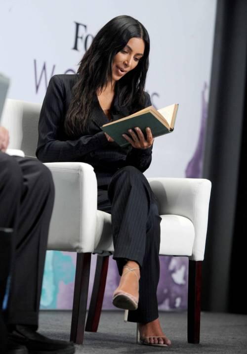 Kim Kardashian sexy, parla per le donne 22