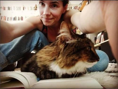 Cappuccetto rosso, gatti e vacanze: la nuova vita di Amanda Knox 9