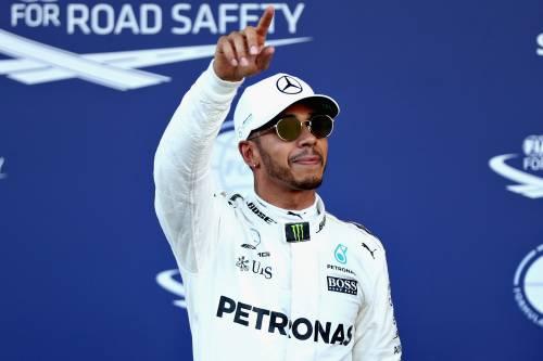 """Tifoso Mercedes attacca la Fia. E Hamilton mette """"Like"""" su Instagram"""