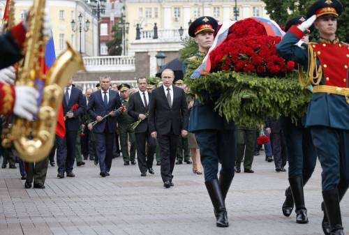 Pioggia battente su Putin: resta impassibile 3