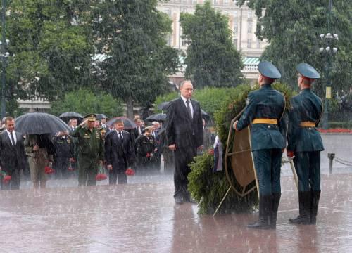 Pioggia battente su Putin: resta impassibile 5