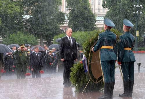 Pioggia battente su Putin: resta impassibile 4