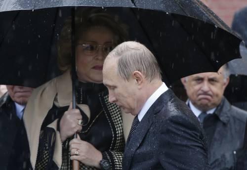 Pioggia battente su Putin: resta impassibile 6