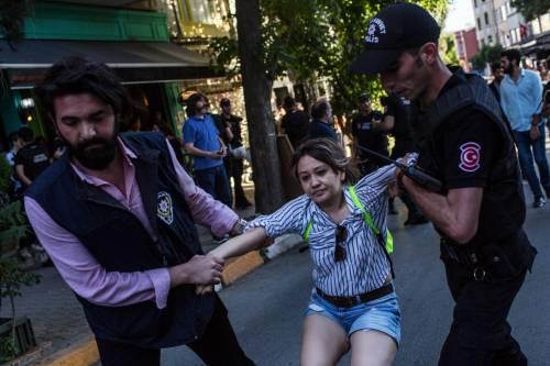 Istanbul, la polizia interrompe il Gay Pride 4