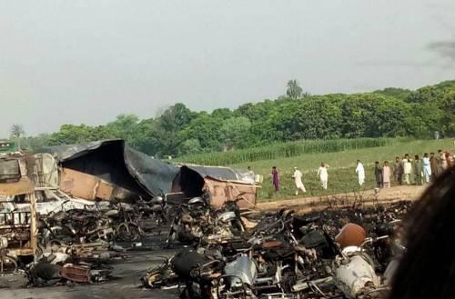 Pakistan, 146 morti nell'incidente a un'autocisterna 7