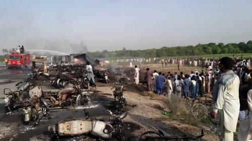 Pakistan, 146 morti nell'incidente a un'autocisterna 9