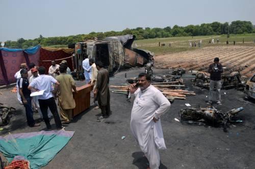 Pakistan, 146 morti nell'incidente a un'autocisterna 14