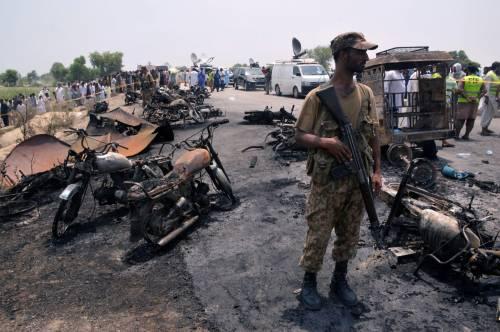 Pakistan, 146 morti nell'incidente a un'autocisterna 15