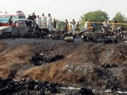 Pakistan, 146 morti nell'incidente a un'autocisterna 18