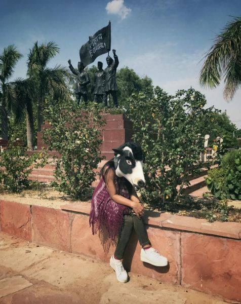 """India, la protesta di un artista: """"Le mucche sono più importanti delle donne"""" 7"""