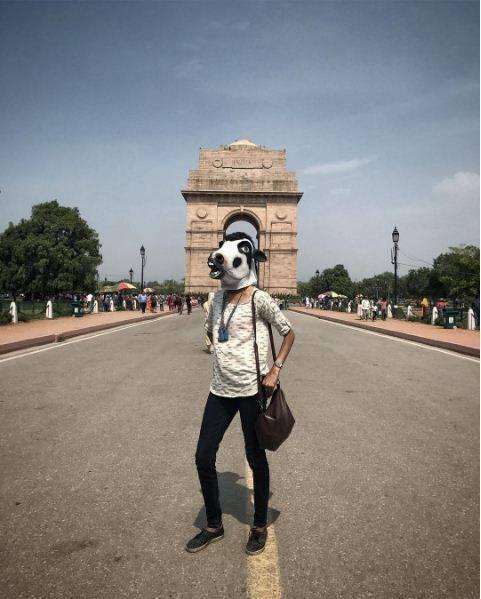 """India, la protesta di un artista: """"Le mucche sono più importanti delle donne"""" 4"""