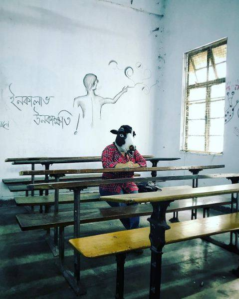 """India, la protesta di un artista: """"Le mucche sono più importanti delle donne"""" 6"""