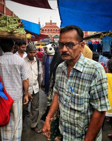 """India, la protesta di un artista: """"Le mucche sono più importanti delle donne"""" 9"""
