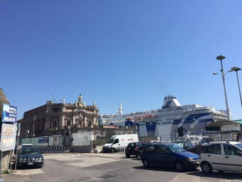 Napoli, il porto e il quartiere Mercato 18