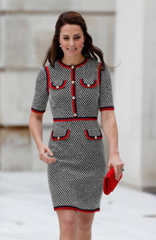 Kate Middleton ed Elisabetta II, stili a confronto 22