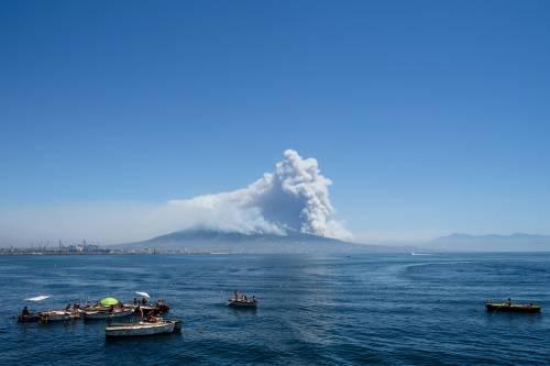 Le fiamme divampano sul Vesuvio 5