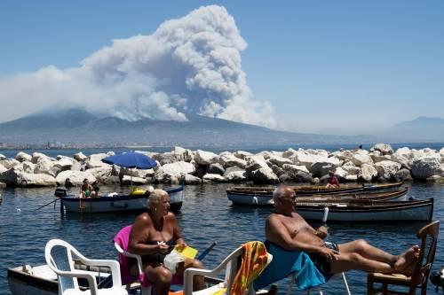 Le fiamme divampano sul Vesuvio 6