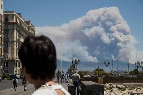 Le fiamme divampano sul Vesuvio 9