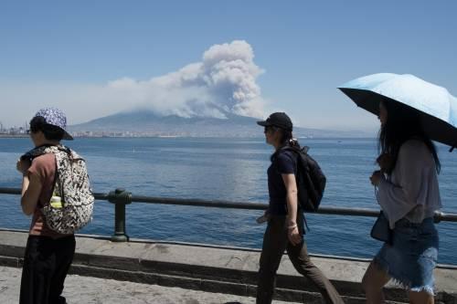 Le fiamme divampano sul Vesuvio 10