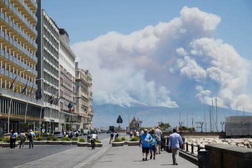 Le fiamme divampano sul Vesuvio 3