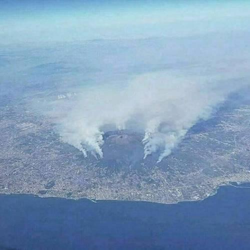 Gli incendi divampano sul Vesuvio 3