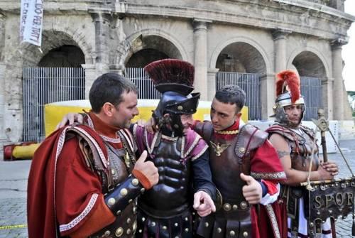 Il far west al Colosseo tra abusivi, immigrati e persone ubriache