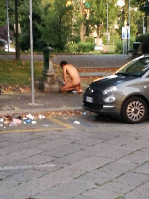 Uomo gira nudo a Milano e si abbevera alla fontana