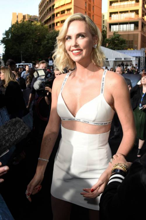 Charlize Theron sexy alla première di Atomic Blonde 3