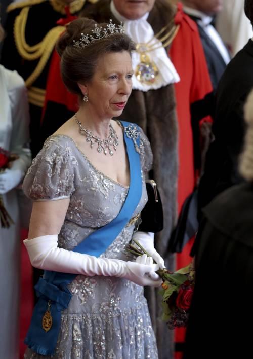 Tiare, guanti e cappellini: così si vestono i reali britannici 6