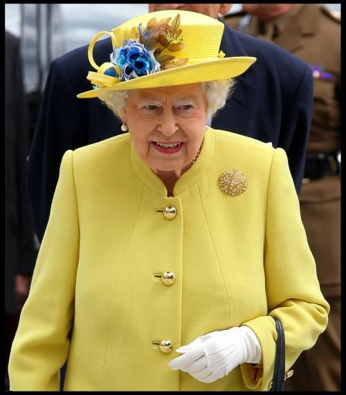 selezione speciale di nuovo di zecca come comprare Uniformi, diademi e cappellini: ecco il dress code dei reali ...