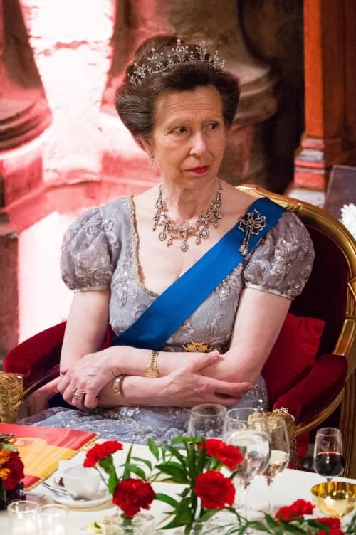 Tiare, guanti e cappellini: così si vestono i reali britannici 7