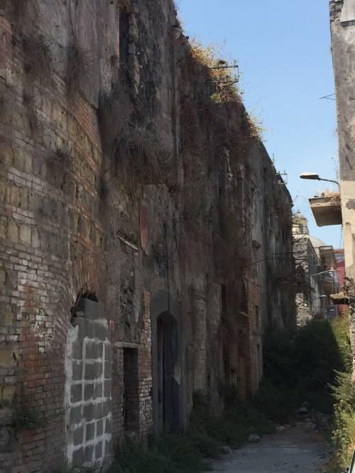 """Nel centro di Torre Annunziata, """"Pompei moderna"""" fatta di ruderi abitati 4"""