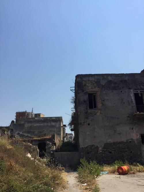 """Nel centro di Torre Annunziata, """"Pompei moderna"""" fatta di ruderi abitati 8"""