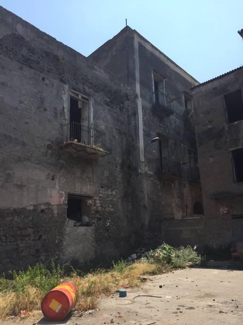"""Nel centro di Torre Annunziata, """"Pompei moderna"""" fatta di ruderi abitati 9"""