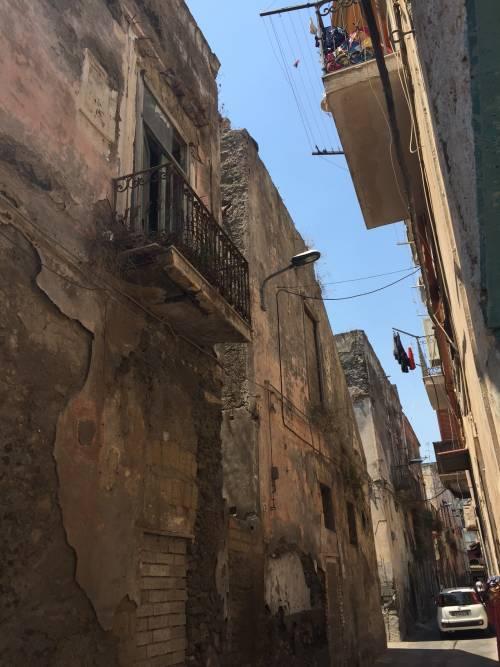 """Nel centro di Torre Annunziata, """"Pompei moderna"""" fatta di ruderi abitati 10"""