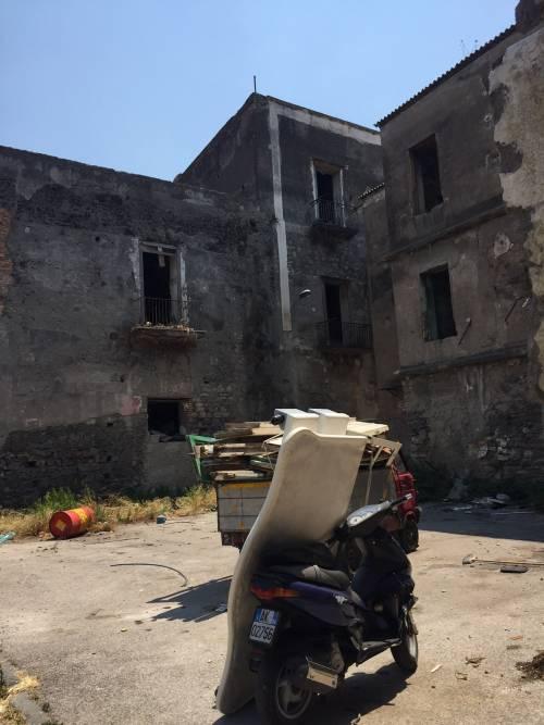 """Nel centro di Torre Annunziata, """"Pompei moderna"""" fatta di ruderi abitati 13"""