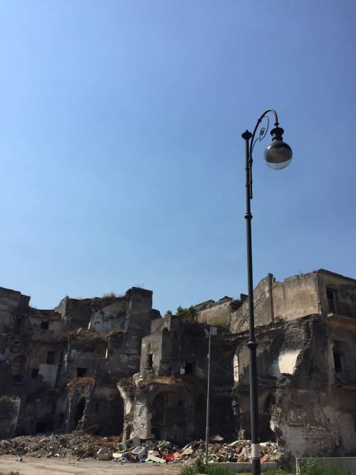 """Nel centro di Torre Annunziata, """"Pompei moderna"""" fatta di ruderi abitati 14"""