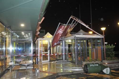 Crolla gazebo di McDonald's: un bimbo ferito 3