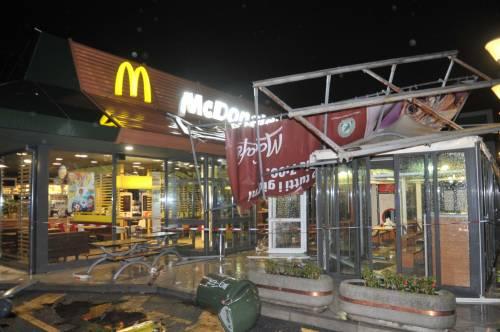 Crolla gazebo di McDonald's: un bimbo ferito 4
