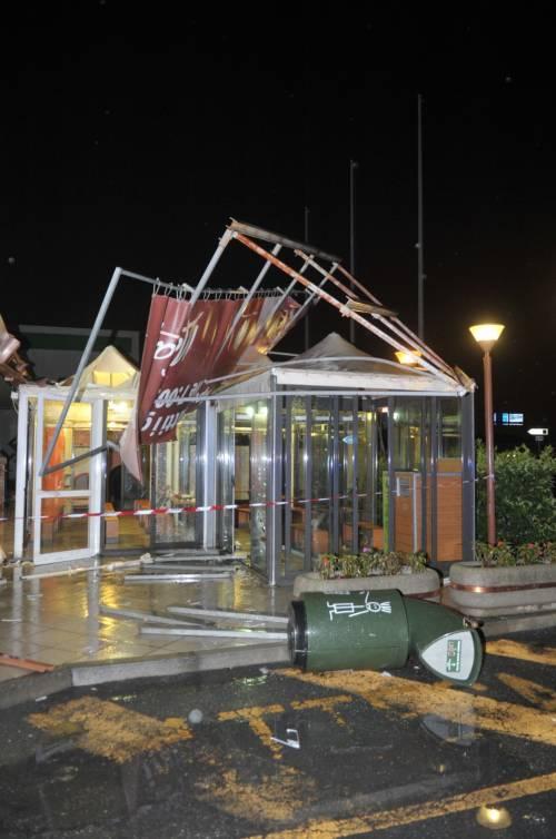 Crolla gazebo di McDonald's: un bimbo ferito 5