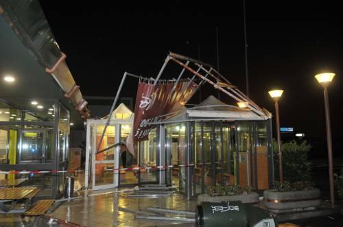 Crolla gazebo di McDonald's: un bimbo ferito 6