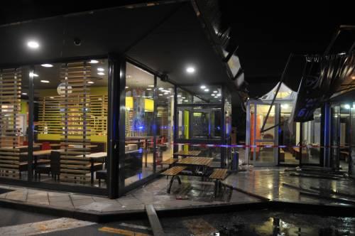 Crolla gazebo di McDonald's: un bimbo ferito 8
