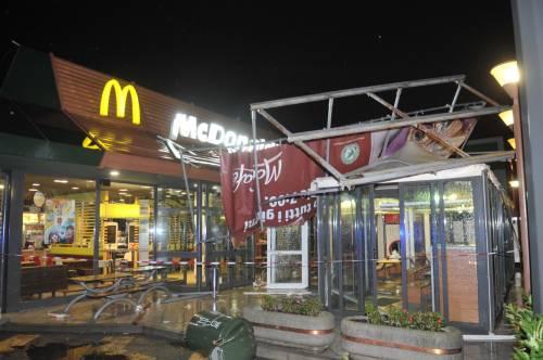 Crolla gazebo di McDonald's: un bimbo ferito 13