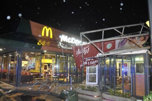 Crolla gazebo di McDonald's: un bimbo ferito 16