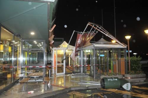 Crolla gazebo di McDonald's: un bimbo ferito 17